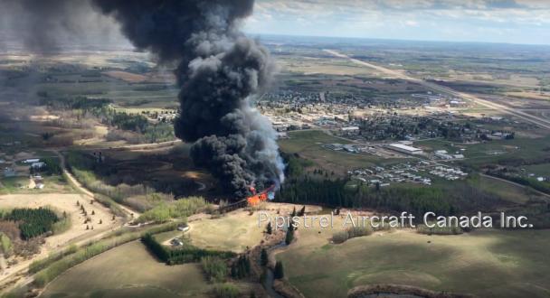 У Канаді з висоти зняли грандіозну пожежу залізничного мосту