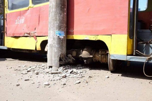 В Одесі вантажівка на повному ходу протаранила трамвай, відкинувши його на електроопору
