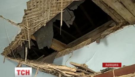 Из-за нехватки средств в Львовской области дети учатся в школе, что находится в аварийном состоянии
