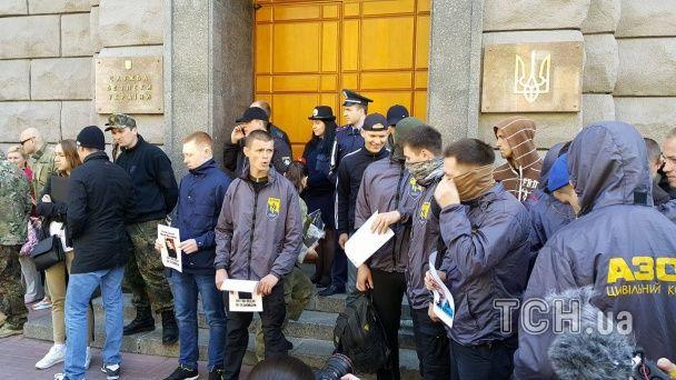 """Під СБУ """"азовці"""" влаштували мітинг та обіцяють знести пам'ятник чекісту"""