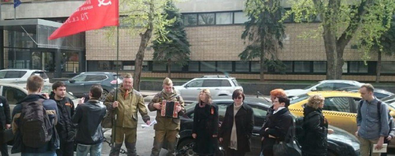 У Москві школярів закидали яйцями та обілляли зеленкою