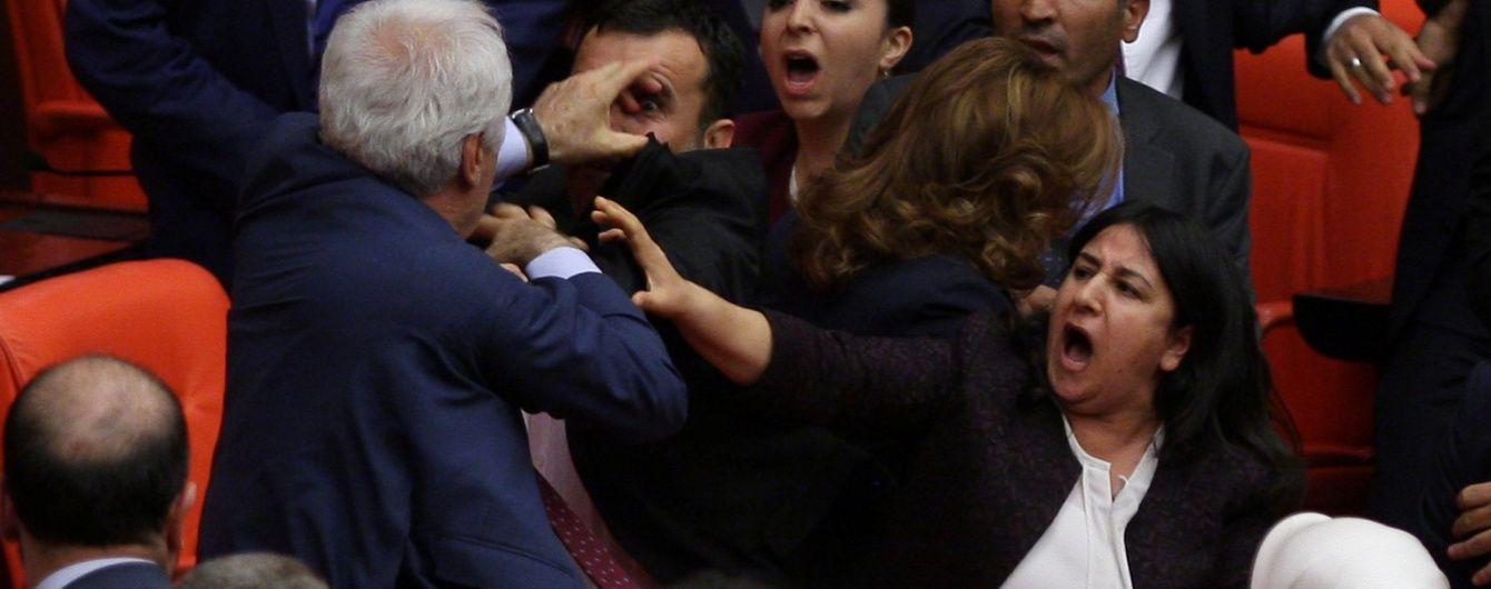 У Туреччині депутати влаштували побоїще в парламенті