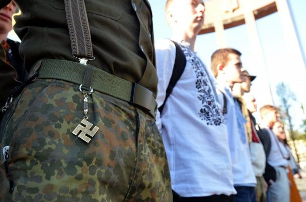 """Марш вишиванок у Львові: сотні хлопців і дівчат урочисто вшанували дивізію СС """"Галичина"""""""