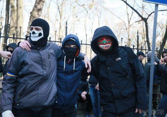 На Дніпропетровщині невідомі у камуфляжі і з димовими шашками напали на виборчу дільницю