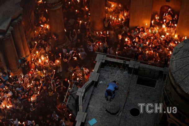 Сотні свічок та щирі емоції: віряни розділили Благодатний вогонь