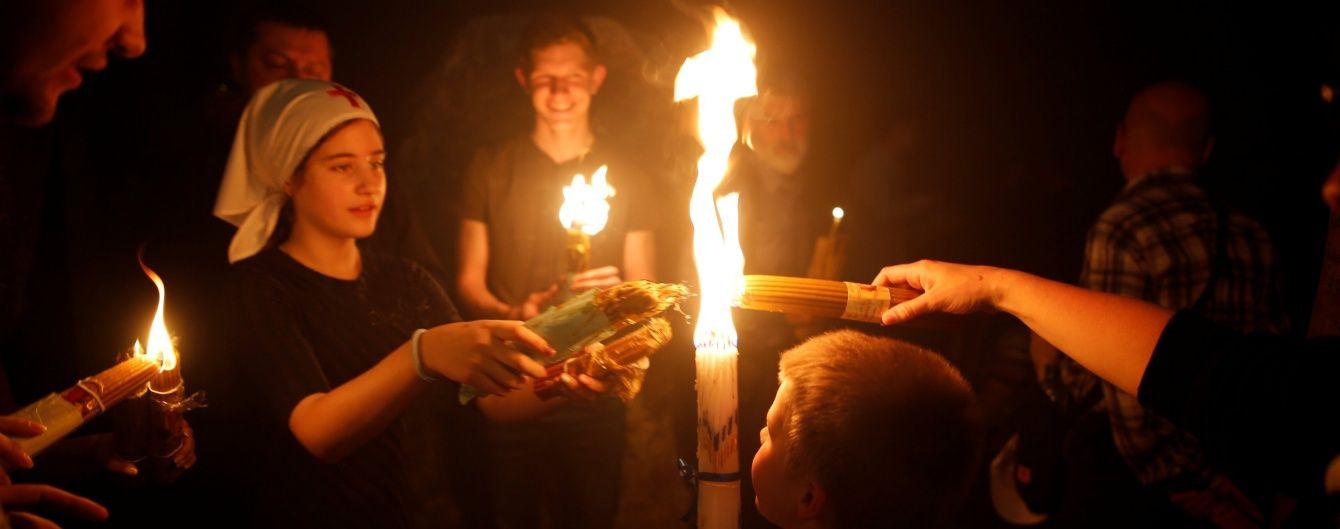 Благодатний вогонь з Єрусалиму привезли до Києва та відправлять у АТО