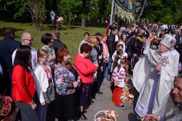 Яценюк у вишиванці з дружиною і доньками посвятив паски на Аскольдовій могилі