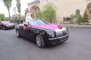 Довжелезний кортеж із Rolls-Royce та гелікоптери. Як у Чечні відгуляли весілля племінника Кадирова