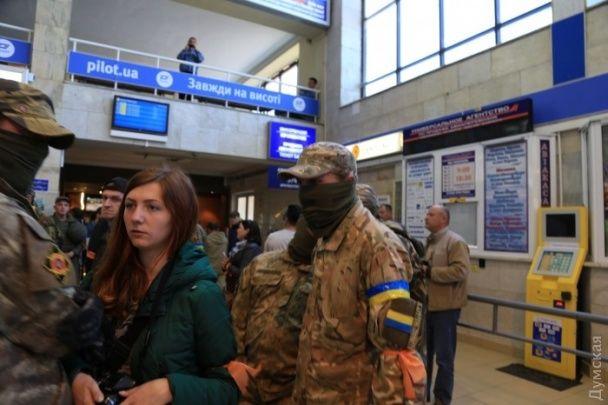 """Активісти заблокували в одеському аеропорту """"опоблоківців"""" Бойка та Новинського"""