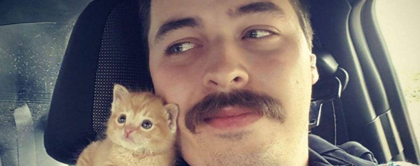 У США вусатий коп прихистив маленьке руде кошеня, знайдене на смітнику