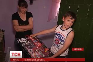 Багатодітна сім'я переселенців з Луганщини отримала великодні подарунки зі США