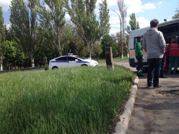 """В окупованому Єнакієвому бойовики на """"Волзі"""" не розминулися із іномаркою, водію викликали швидку"""