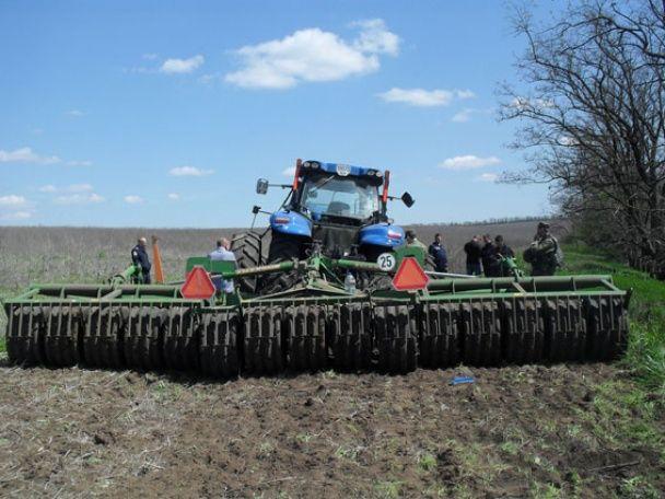 На Донеччині у полі підірвався тракторист