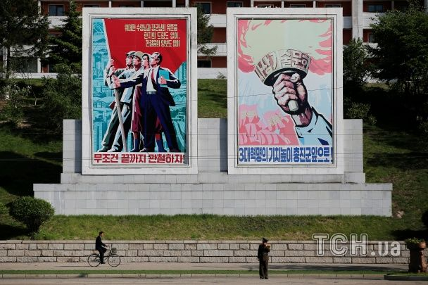 """Червоні прапори та """"вожді"""" пролетаріату на стінах: як у КНДР готуються до з'їзду правлячої партії"""