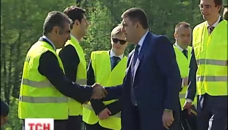 Премьер Гройсман обещает начало масштабного ремонта дорог в течение мая и июня