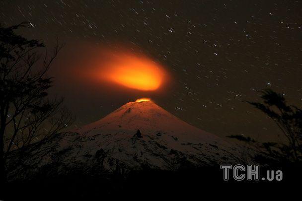Найяскравіші фото дня: клоуни у Києві, виверження вулкану в Чилі, концерт у КНДР