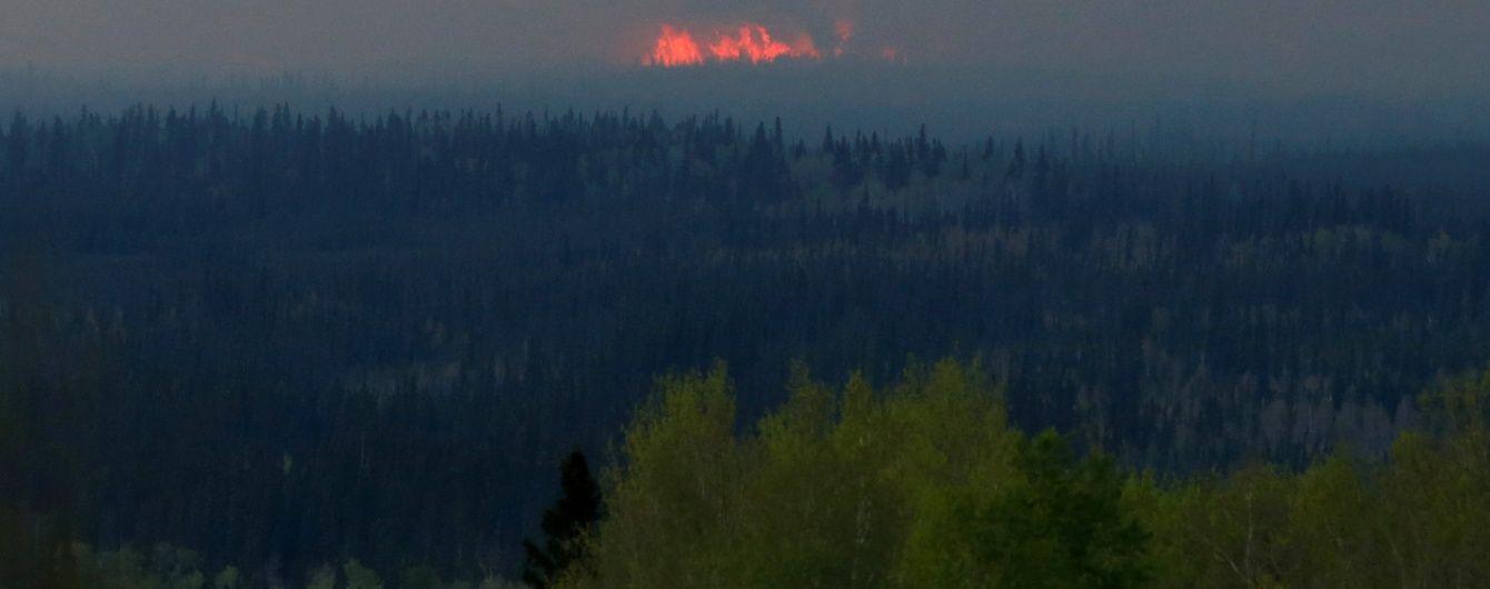 У Мережі з'явилося відео евакуації з охопленого пожежами канадського міста