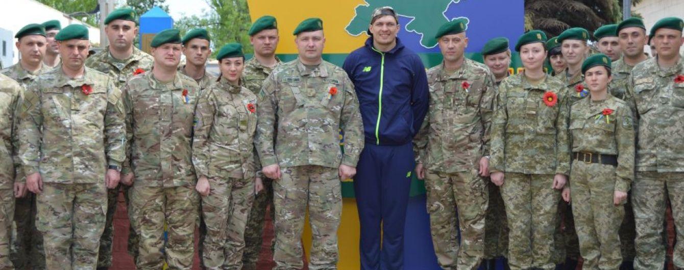 Український боксер Усик відвідав прикордонників у зоні АТО
