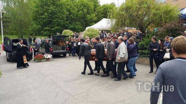 """На автодромі """"Чайка"""" сотні людей попрощались із загиблими у ДТП гонщиками"""
