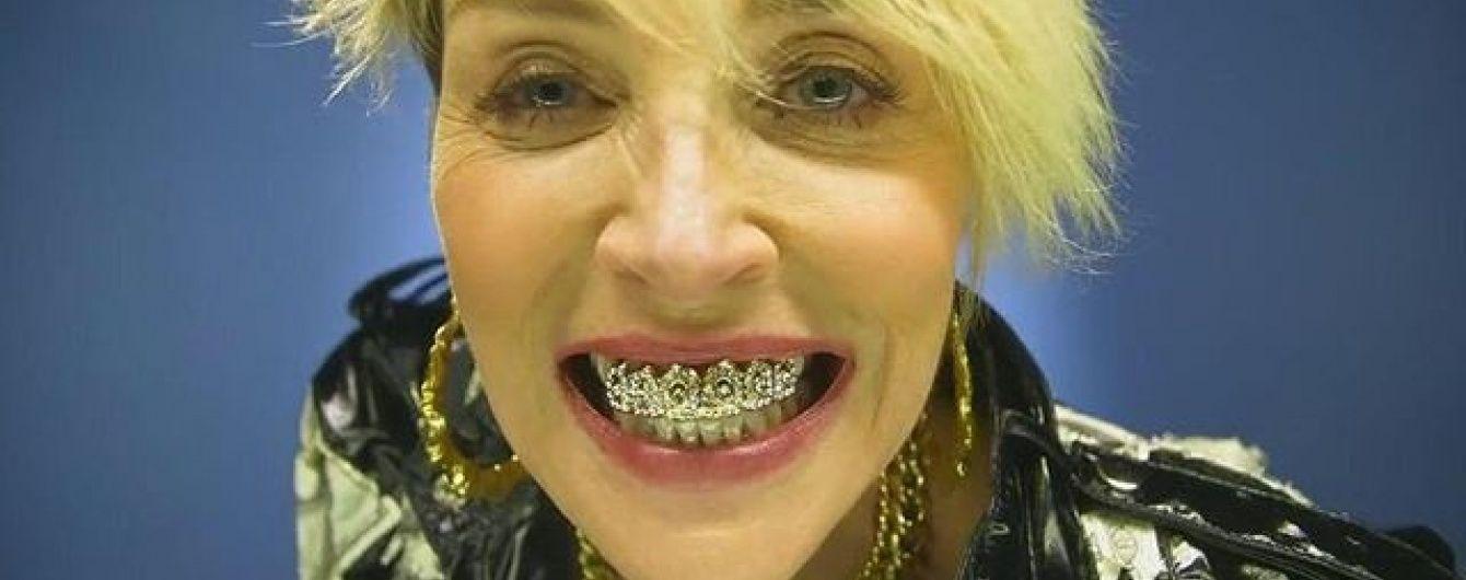 Шерон Стоун шокувала образом розпусниці із золотими зубами