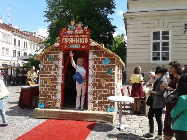 У Львові до дня міста виготовили рекордний будинок із пряників