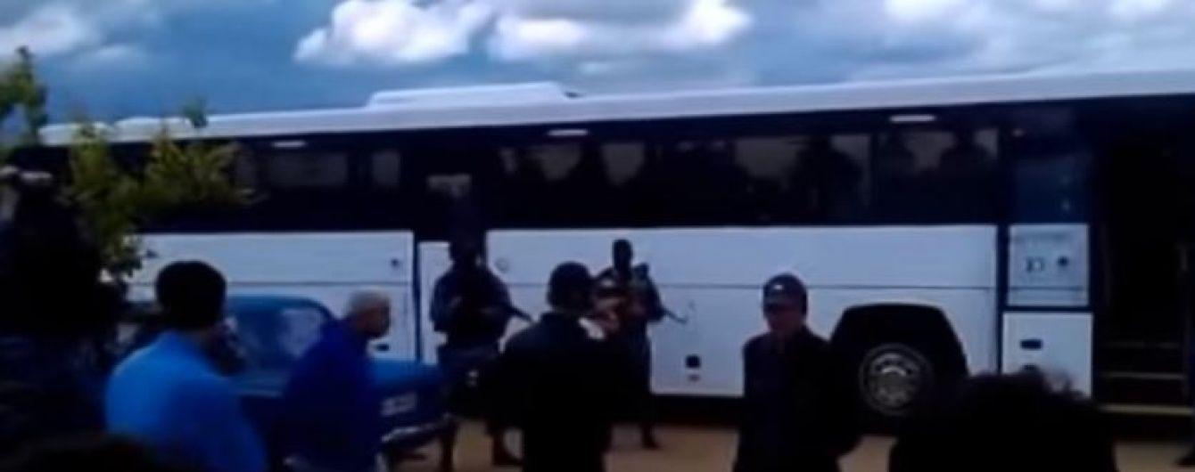 У Мережі з'явилось відео, як автоматники вигнали мусульман з мечеті у Криму