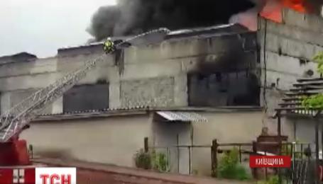 Масштабна пожежа знищила промислові приміщення на Київщині