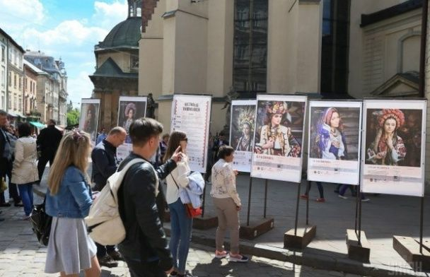 Львів святкує 760-річчя: синьо-жовті кульки, пряники і селфі з прем'єром Гройсманом