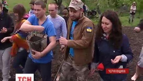 На Черниговщине киборги сеяли хлеб по старинному обычаю