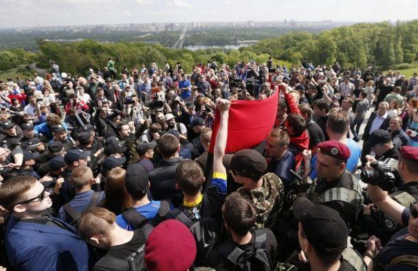З'явилися фото затятої бійки у Парку Слави у Києві