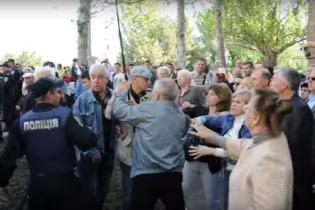 У Миколаєві стався конфлікт через декомунізований червоний прапор, є постраждалі