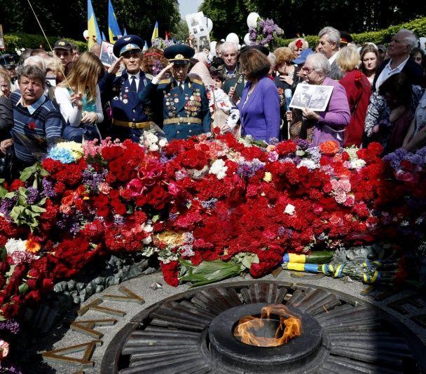 Море квітів і червоні маки на серцях. Україна відзначила День перемоги