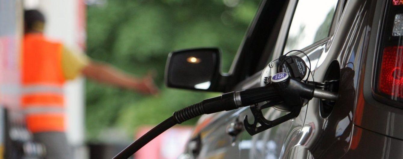 Скільки коштує заправити авто на АЗС. Середні ціни на останній день липня