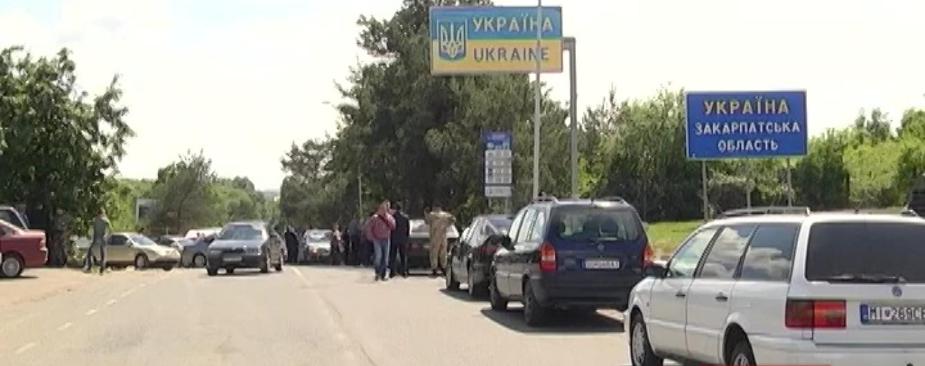 Власники автівок з іноземною реєстрацією заблокували кордон з Словаччиною