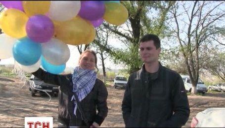 Под окнами камеры Савченко выпустили воздушные шарики