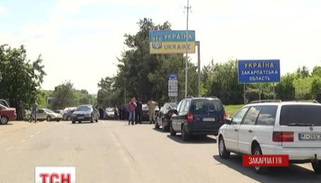 Владельцы авто с иностранной регистрацией устроили протест на границе Украины и Словакии