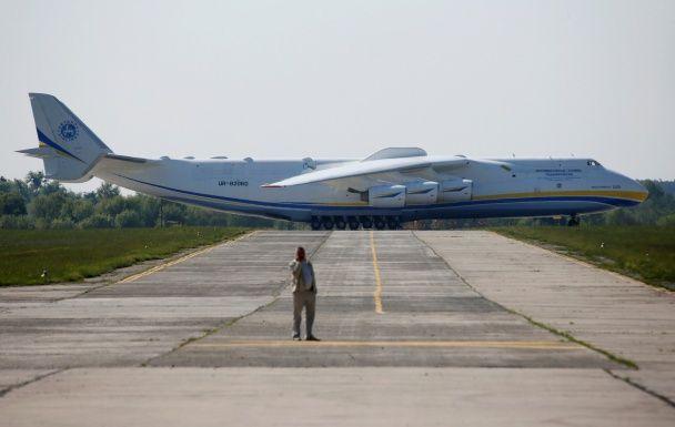 Найяскравіші фото дня: масова смолоскипна хода у Північній Кореї, найбільший у світі вантажний літак