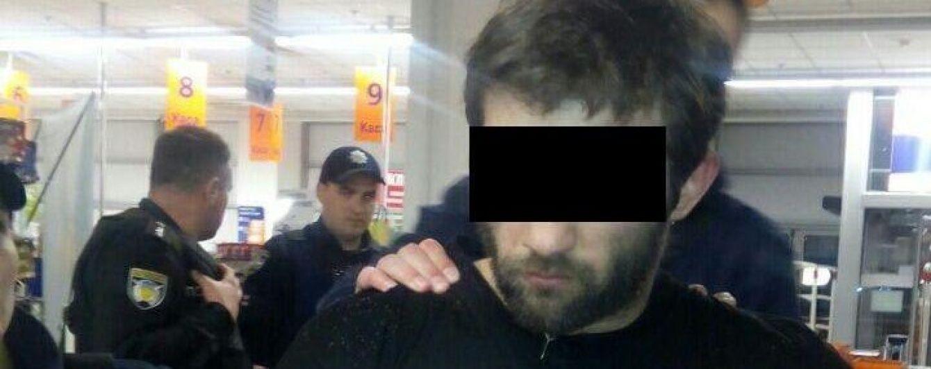 Стрілянина у Києві: зловмисник двічі поранив патрульного під час затримання