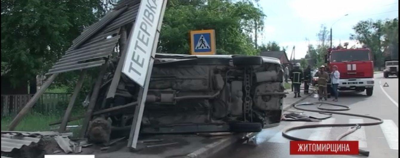 На Житомирщині жінка-водій протаранила зупинку: є постраждалі