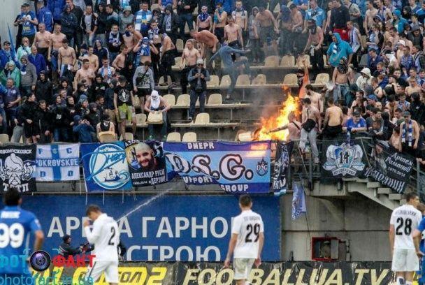 """Пожежа та відірвані стільці: як ультрас """"Дніпра"""" розгромили свій сектор на """"Славутич Арені"""""""