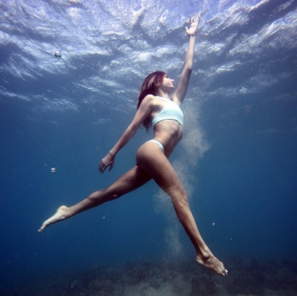 Тверк на пляжі та видовищні фото під водою. Що постить у Мережі відома краля-серфінгістка