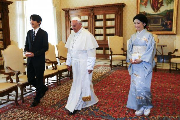 Найяскравіші фото дня: папа римський і принц Японії, Каннський фестиваль, нова поліція у Сумах