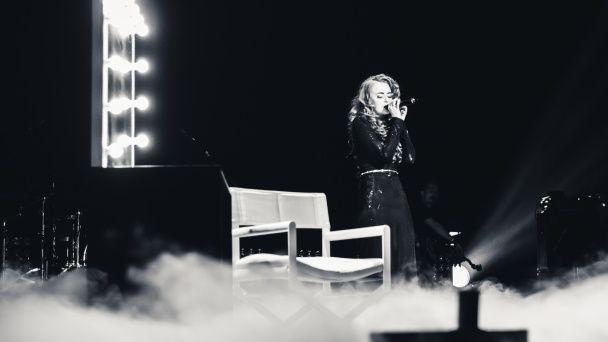 """""""НЕАНГЕЛИ"""" у вишуканих вбраннях з декольте відіграли аншлаговий концерт у Палаці Спорту"""