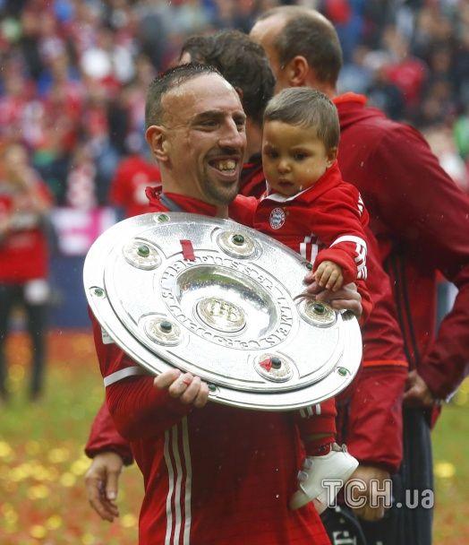 """""""Червоне море"""" пива: як """"Баварія"""" відсвяткувала чемпіонство в Бундеслізі"""