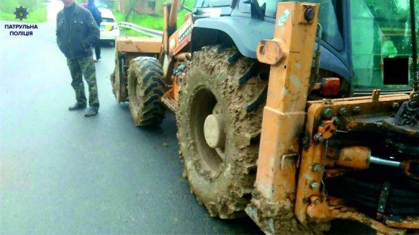 Поліцейські оштрафували водія екскаватора за брудні колеса
