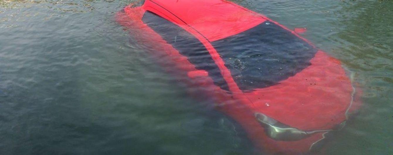 У Канаді жінка на авто в'їхала в озеро через помилку GPS-навігатора
