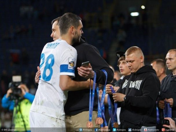 """Ультрас вручили гравцям """"Дніпра"""" бронзові медалі чемпіонату України"""