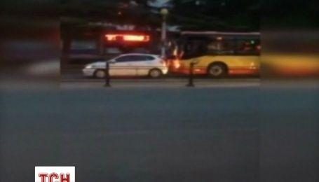 Как водитель автобуса в Китае бодал легковушки