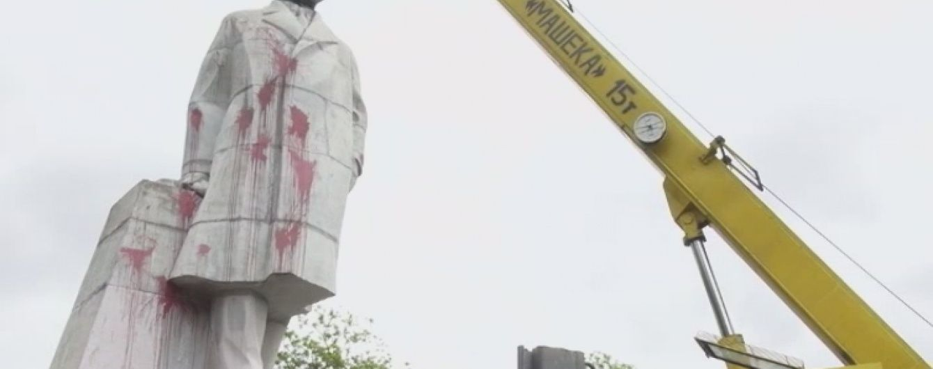Спроба №2: в Одесі комунальники нарешті демонтували найбільшого Леніна