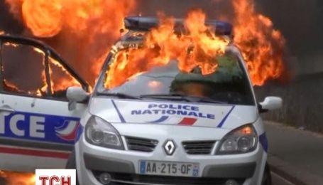 Митингующие во Франции начали жечь полицейские машины